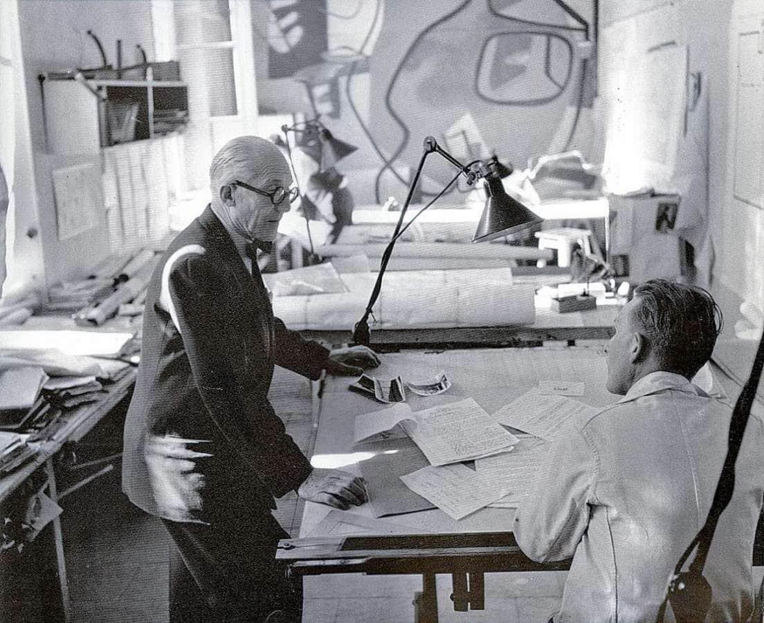 Lampe GRAS trouvant sa place au sein de l'atelier de Le Corbusier. ©DCW éditions