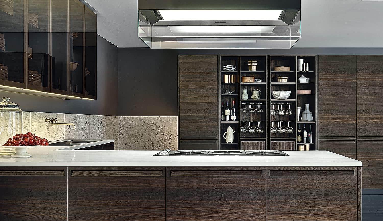 Contemporaine à souhait, avec ses lignes minimaliste, la cuisine Minimal laisse toutefois la parole à des finitions particulièrement adaptées à des intérieurs aux empreintes plus classiques. Une interprétation stylistique libre, portée par le charme des détails : les poignées incrustées, le module « bibliothèque », les meubles hauts, habillés de verre miroir, qui laisse entrevoir l'intérieur du rangement… ©Varenna distribué par RBC Design Store (Lyon 2ème)