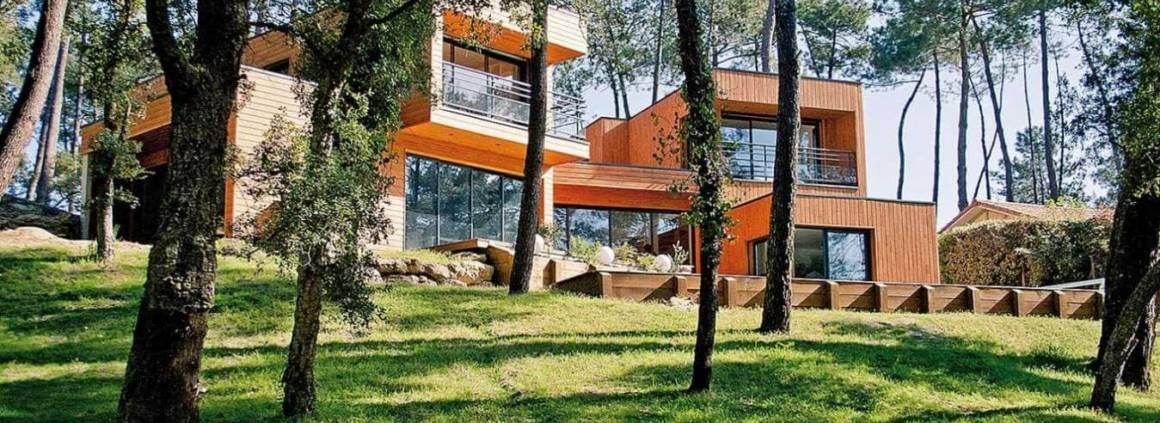 Des pins, des chênes lièges… cette maison se dresse effrontément, tout en haut d'une colline, surplombant la forêt avec pertinence. Partie prenante de la composition architecturale même de cette réalisation, les arbres ont guidé son implantation au même titre que la déclivité. L'architecte, Jean Julien-Laferrière a réalisé un véritable jeu de volumes, traités sous forme de toits-terrasses, laissant l'envolée verticale aux arbres. Dès lors, le bois semble s'imposer. Maîtrisant le matériau, avec un savoir-faire décuplé au fil de ses nombreux projets, Jean a opté ici pour une façade, habillée de lames de sapin des Landes, peintes. L'architecte joue sur les volumes, les lames jonglant entre pose verticale ou horizontale. Il a su créer de la profondeur, des perspectives et du relief, tant par les modules cubiques, composant la structure, que par le matériau en lui-même, allégé par les ouvertures. Réalisation Jean Julien-Laferrière - Agence Architecture et Bois (Lyon 5ème).
