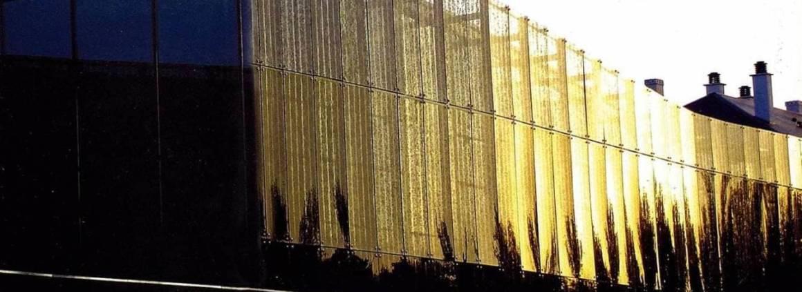 Additionnant les superlatifs et les performances, le verre de synthèse Dacryl®, aussi transparent que le cristal, offre un nombre de possibilités décoratives et architecturales pratiquement infini. Avec une transmission lumineuse de 92 %, il est 10 fois plus résistant que le verre et 2 fois plus léger. Sa très bonne tenue aux U.V. lui confère toute sa légitimité en revêtement de façades. Se façonnant comme du bois (découpe, perce, polissage...), il peut être sérigraphié, peint ou travaillé via des inclusions, minérales, végétales… à l'instar de ce projet, matérialisé ici par l'insertion de copeaux de bronze et laiton. Résultat, la façade se transforme en un véritable jeu lumière, de transparence, propice à nuancer les rayons du soleil. Séduite par ses propriétés, l'agence d'architecture BFT a travaillé le matériau, comme un pare-soleil, insufflant à la médiathèque de Tours un style résolument innovant. Complètement recyclable, le Dacryl® s'inscrit au sein de la thématique du projet: la récupération des matériaux. ©Dacryl® (Lyon 2ème)