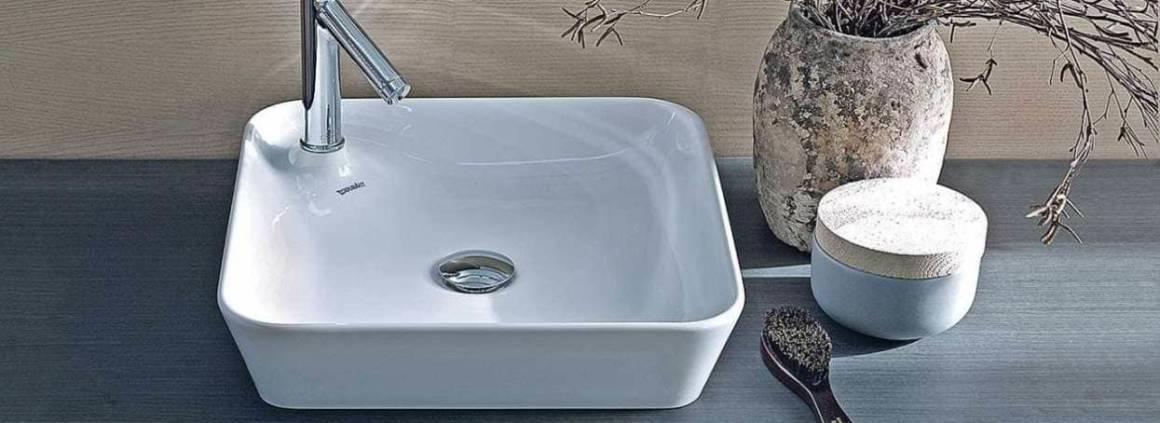 La vasque se transforme en véritable îlot. La série Starck 1 propose une robinetterie intégrée, rehaussée par la céramique légèrement rebondie. La vasque conserve une profondeur intérieure confortable. ©Duravit distribué par Bordanova (Charbonnières)