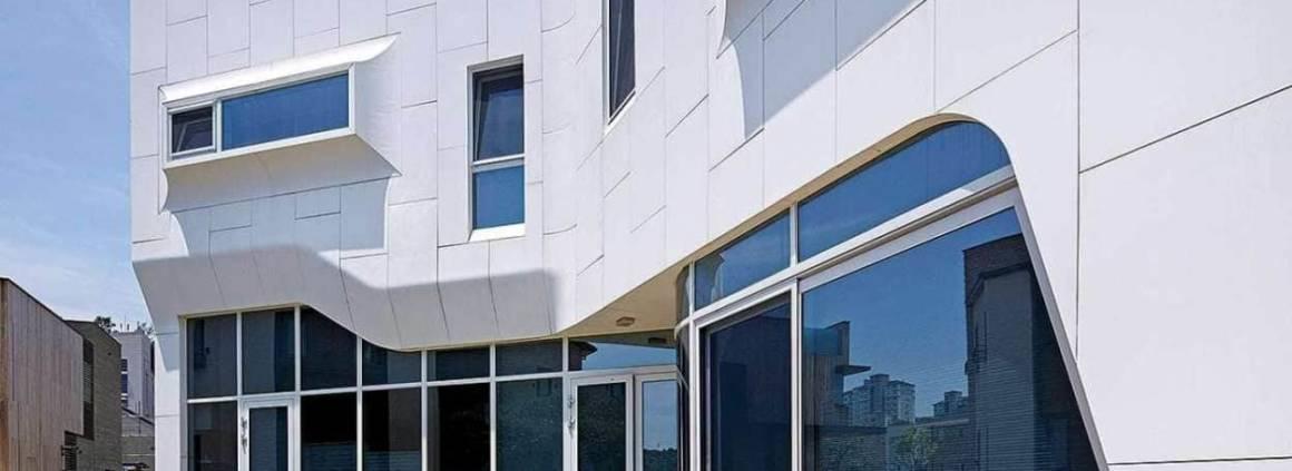 Propice à magnifier les formes onduleuses de cette résidence, la pierre acrylique HI-MACS® déploie tous ses charmes et ses performances, habillant la façade en brique. Une volonté d'originalité du client, mais également de l'architecte Kiwoong Ko: «J'avais eu une très bonne expérience de la durabilité et de la thermoformabilité de ce matériau, si bien que je n'ai pas hésité à en recommander l'utilisation pour la façade de la résidence Pan-gyo.» Grâce à ses aptitudes au moulage, HI-MACS® a transformé ce projet en un concept innovant, s'affirmant comme un lien naturel entre le design intérieur de la maison et l'extérieur. Non poreux, résistant aux U.V et particulièrement malléable, le matériau dévoile, au sein de cette réalisation, une véritable prouesse visuelle. ©HI-MACS®