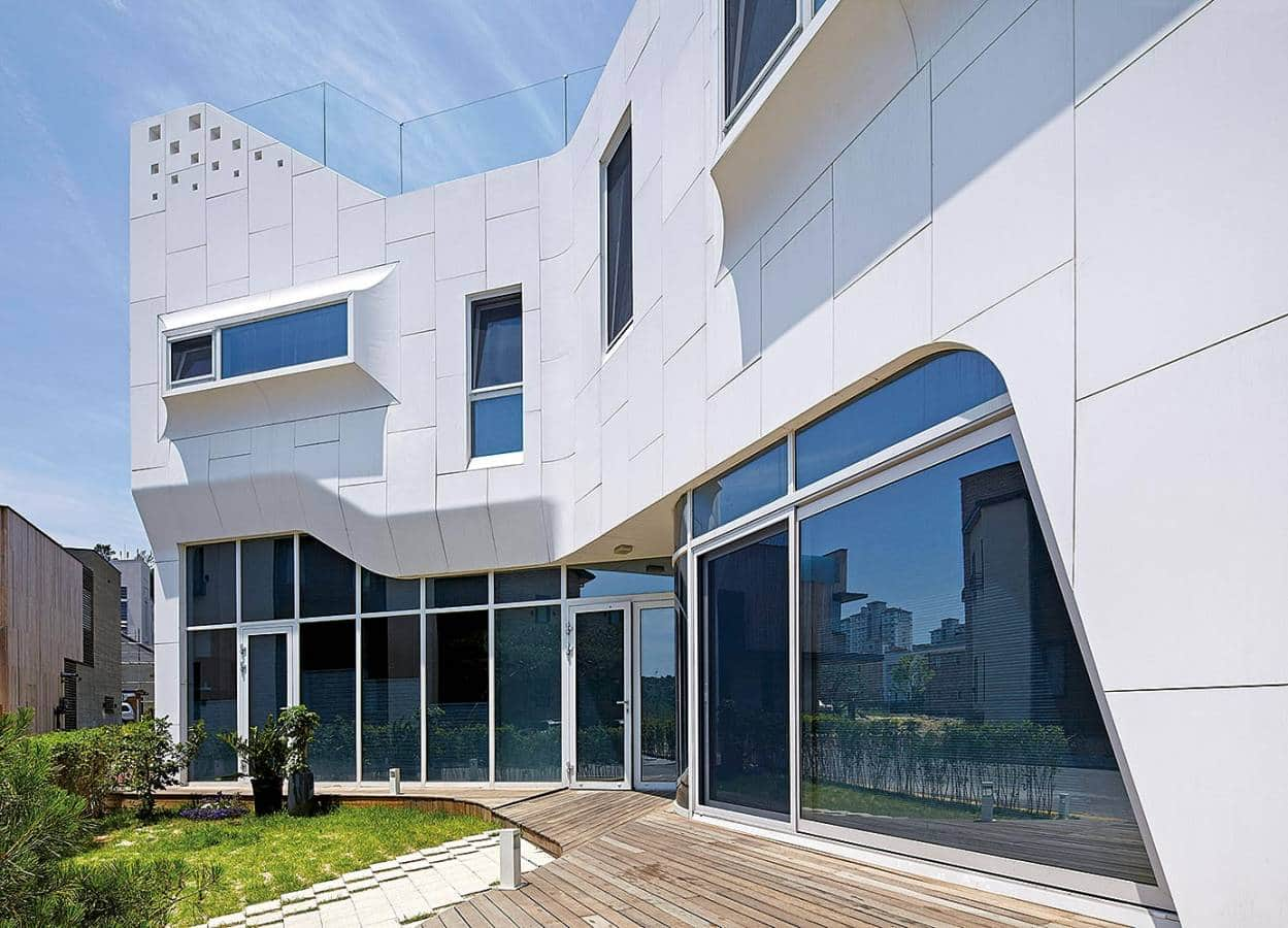 Propice à magnifier les formes onduleuses de cette résidence, la pierre acrylique HI-MACS® déploie tous ses charmes et ses performances, habillant la façade en brique. Une volonté d'originalité du client, mais également de l'architecte Kiwoong Ko : « J'avais eu une très bonne expérience de la durabilité et de la thermoformabilité de ce matériau, si bien que je n'ai pas hésité à en recommander l'utilisation pour la façade de la résidence Pan-gyo. » Grâce à ses aptitudes au moulage, HI-MACS® a transformé ce projet en un concept innovant, s'affirmant comme un lien naturel entre le design intérieur de la maison et l'extérieur. Non poreux, résistant aux U.V et particulièrement malléable, le matériau dévoile, au sein de cette réalisation, une véritable prouesse visuelle. ©HI-MACS®