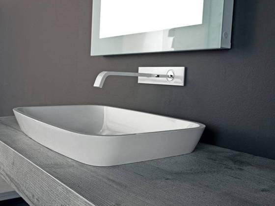 La vasque, propre à la collection Byte 2.0, souligne une vision aérienne. Semi-encastrée, elle semble posée sur le module en frêne, qui accentue la douceur de ses lignes arrondies. ©Mastella distribué par Il Bagno (Lyon 3ème)