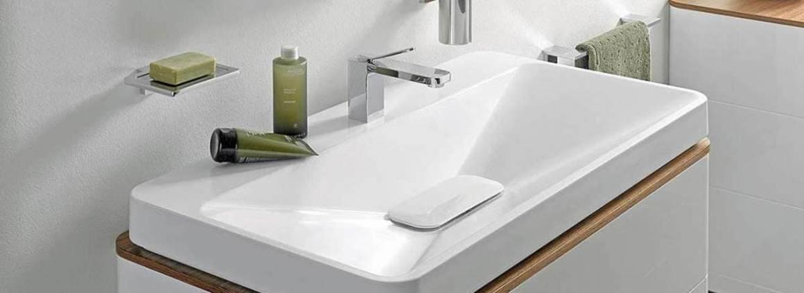 La collection Square Geometry propose des vasques parfaitement intégrées aux meubles. Les vasques revêtent du vernis haute performance, qui lisse la céramique, garant d'un dépôt de calcaire et de salissures moindres. ©Toto