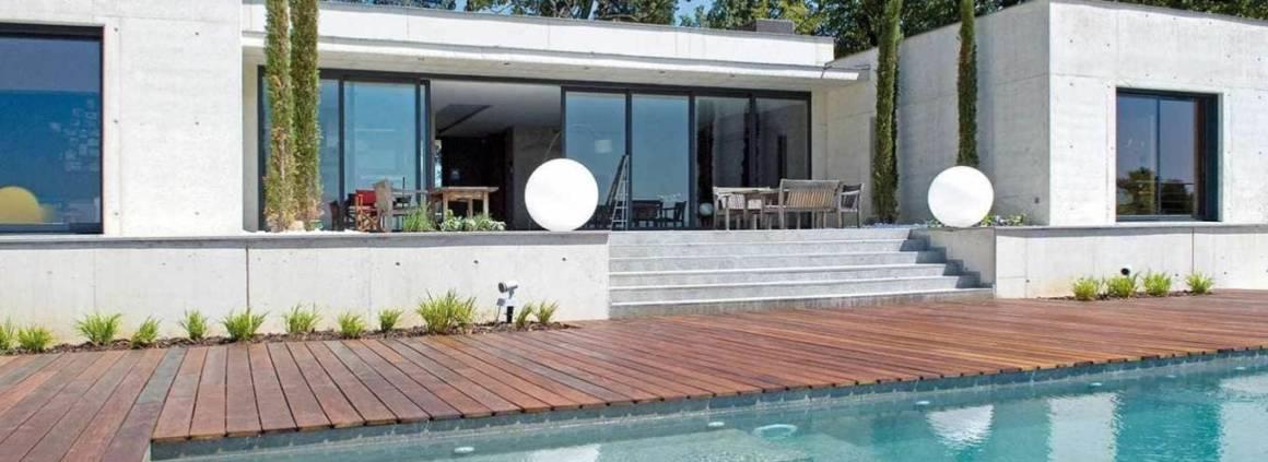 Ensemble piscine et terrasse réalisé par Teréo Piscines, concessionnaire Carré Bleu (Charbonnières).