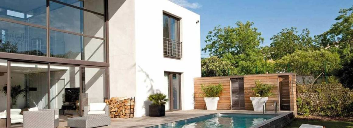 Plage et terrasse réalisées en teck, à fleur d'eau, encadrant le bassin de 9 x 3 mètres. ©Desjoyaux (Limonest)