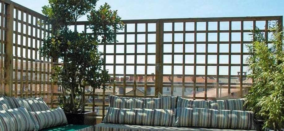 Terrasse rénovée avec un calaminage de dalles en ipé, ainsi que la banquette et le claustra sur-mesure. Réalisation Exonido (Lyon 2ème)