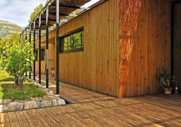 Terrasse en pin massif, classe 4 autoclave, garanti 15 ans, hors-sol. ©Vivre en Bois (Nivolas-Vermelle)