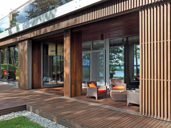 Lames de terrasse en frêne thermo-traité Thermory®, colori brun foncé. ©So Garden