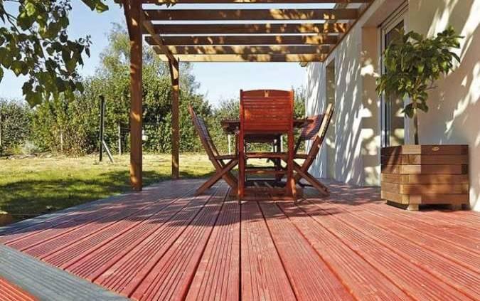Lames de terrasse protégées et teintées par un saturateur. ©Vivre en Bois (Nivolas-Vermelle)