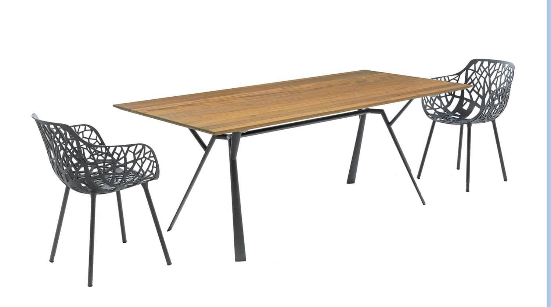 Table rectangulaire en aluminium verni, accompagnée des chaises Forest. Existe en 4 dimensions et plateau en teck, verre trempé ou aluminium. Design Robby and Francesca Cantarutti. ©Fast Spa distribué par ID Outdoor (St Laurent d'Agny)