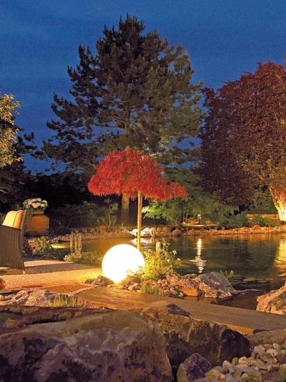 Jeu d'eau et de pierres mis en scène par les systèmes de LED chaude LunAqua Terra. ©Oase