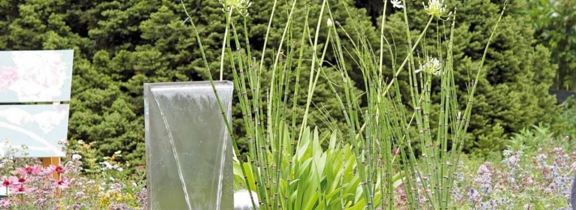 Lame d'eau Waterfall Set, avec réservoir d'eau hermétique encastré au sein d'une jardinière. ©Oase