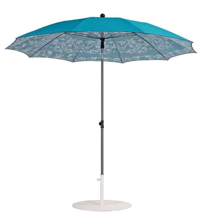 Parasol oscillant entre 1,9 et 2,45 mètres de diamètre. Recouvert de tissu symacryl dentelle 100 % polyester, avec mât en acier inoxydable. ©Sywawa