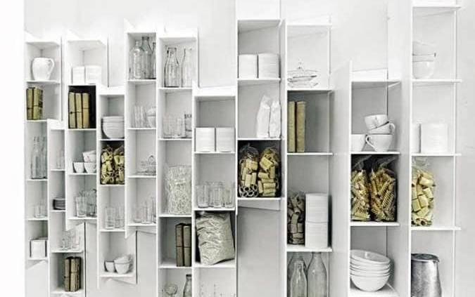 Tout droit sorti d'un autre univers parallèle à la cuisine, ce système d'éléments à tablettes, CT Line, crée du relief et de l'originalité. Selon votre position, il dévoile des combinaisons étonnantes et fonctionnelles, pour la cuisine ou la salle de bains. Composé de SolidSurface. Design Victor Vasilev. ©Boffi
