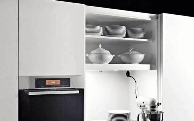 Le concept « Zone », développé par Boffi, présente un système modulaire, reposant sur des portes coulissantes, pensées pour contenir tous les ingrédients propres à concevoir une cuisine ergonomique. Vous pouvez créer des aires de cuisson, lavage… rangement colonne, coffre, éléments suspendus… avec une multitude de matériaux. ©Boffi