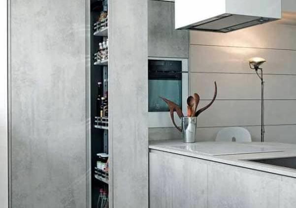 La cuisine contemporaine, Mila, conjugue l'audace et la fonctionnalité. Les rangements sont optimisés, recouverts d'un aspect ciment bluffant. Rayonnages ouverts, armoires coulissantes, accessoires, tiroirs, casseroliers… Le confort est au rendez-vous. ©Cesar