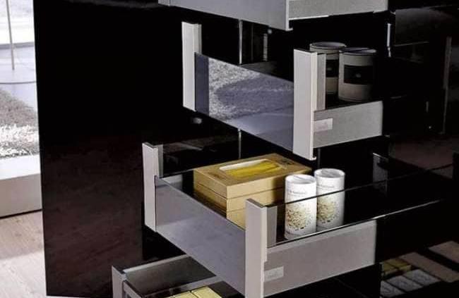 La nouvelle version du tiroir ArciTech intègre la fonction Push to open mécanique, ainsi que l'amortisseur Silent System, en bandeau. Idéal pour les conceptions sans poignées, ce système s'illustre par une facilité d'utilisation déconcertante, fort d'une parfaite stabilité. ©Hettich