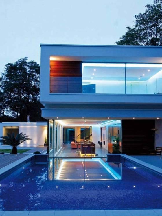 Le fabricant Keller a développé le concept « minimal windows® », se libérant pratiquement des châssis. Les vantaux coulissants peuvent atteindre un hauteur de 4 mètres, pour une surface jusqu'à 8,5 m2, démultipliant la surface des baies vitrées. Ce système offre des variantes de coulissage, pouvant aller jusqu'à 4 rails et aux angles intérieurs et extérieurs sans montant d'angle, pour de véritables prouesses visuelles. ©Keller