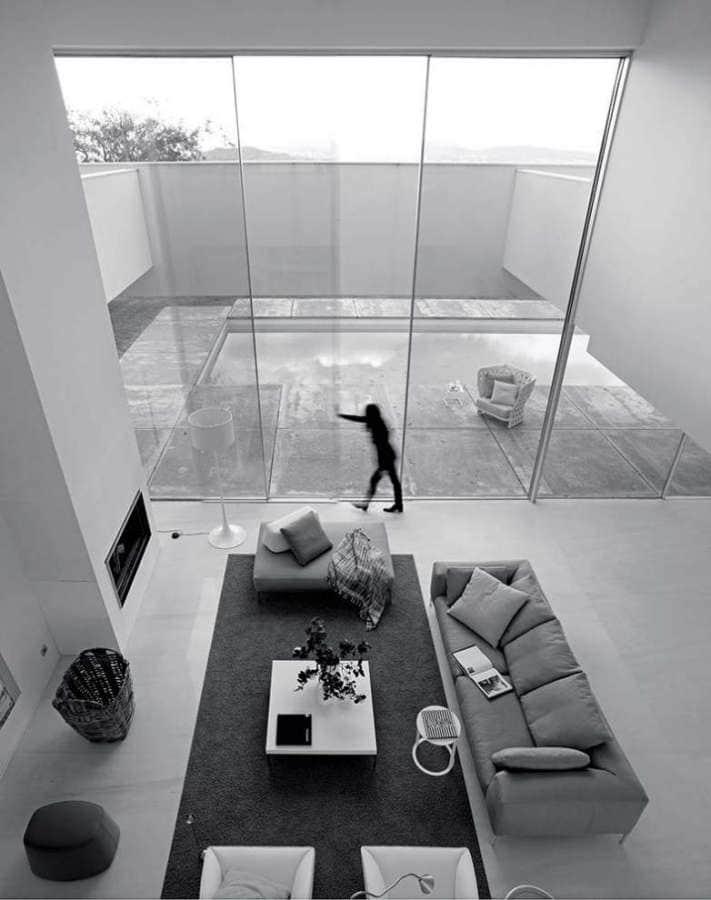 Panoramah ! rompt avec les fenêtres traditionnelles, le verre se substituant au cadre et à l'ossature même. Autoportant, le verre repousse les limites dimensionnelles pour des envolées coulissantes jusqu'à 18 m2 (6 x 3 m) pouvant être motorisées. La structure intègre l'encadrement, affleuré à la périphérie de la baie, dévoilant une surface de clair de vitrage optimal. ©Panoramah !