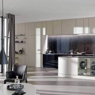 La cuisine living SE8008, mêle un caractère authentique à un esprit contemporain. Le système de panneaux et d'étagères modulables « Floating Space » crée un trait d'union tout en douceur entre le salon et la cuisine. Un jeu de niches, de portes vitrées, d'étagères décoratives, pour une ambiance équilibrée et esthétique. ©SieMatic