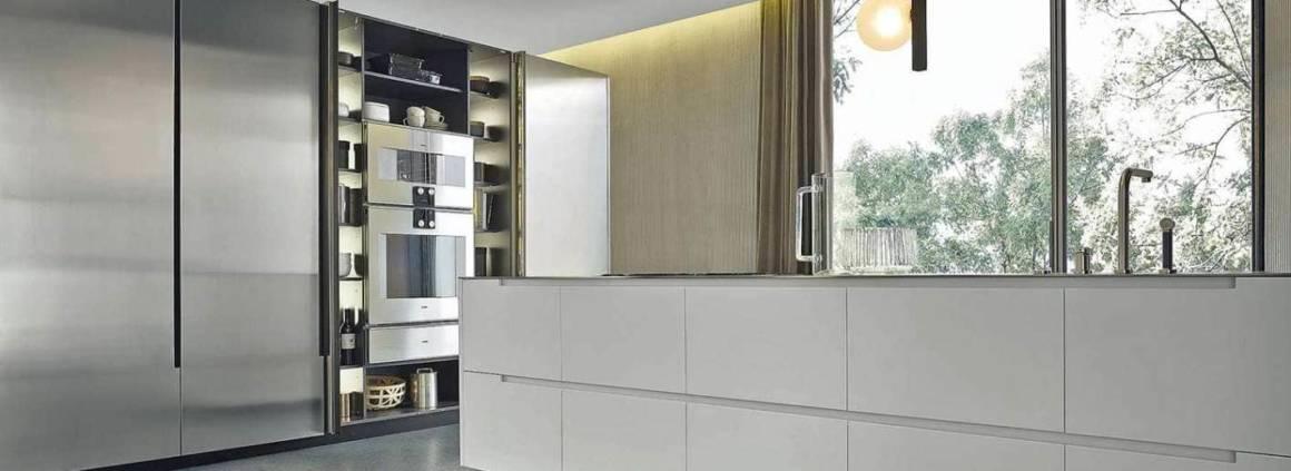 La nouvelle cuisine Phoenix signe autant de finitions haut de gamme que de fonctionnalités d'exception. Les matériaux s'assemblent, se façonnent et se mixent sans détours. Les façades rentrantes recèlent un véritable trésor d'ingéniosité et d'optimisation, entre étagères, armoires et tiroirs coulissants… ©Varenna