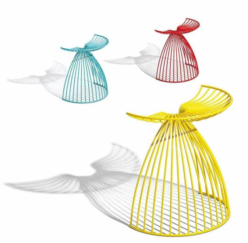 Tabouret sculptural, évoquant les ailes d'un ange, via un jeu d'ombre. Minimaliste, il se compose d'acier, tout en étant stable, robuste et confortable. ©Addinterior