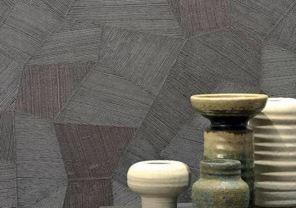 Le papier peint Moonsoon s'inspire des forêts tropicales pour stimuler les imaginaires. La biodiversité se retrouve au sein de motifs végétaux imitant les feuilles de bananier, le feuillage de palmier… ou, à part, le revêtement Facet, un peu à l'écart de cette collection rompt avec les lignes végétales pour s'attarder sur une aura plus géométrique, créant un passionnant jeu de perspectives, réfléchissant ou absorbant la lumière. ©ARTE International