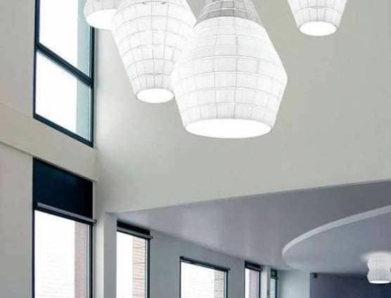 Véritable spectacle lumineux, le plafonnier Layers se munit s'une structure métallique revêtue de tissu pongé ignifugé ultra lisse. En version grise et blanche ou en couleurs vitaminées, il peut s'intégrer séparément ou en grappe, pour un effet voluptueux et aérien. Existe en 9 dimensions d'abat-jour, 10 couleurs, 8 formes de base et 100 variantes, avec la possibilité de personnaliser. ©Axo Light
