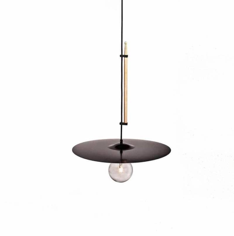 Suspension en laiton laquée noir ou vernis, dotée de baguette en bois laquée noir. ©Bienvenue 21