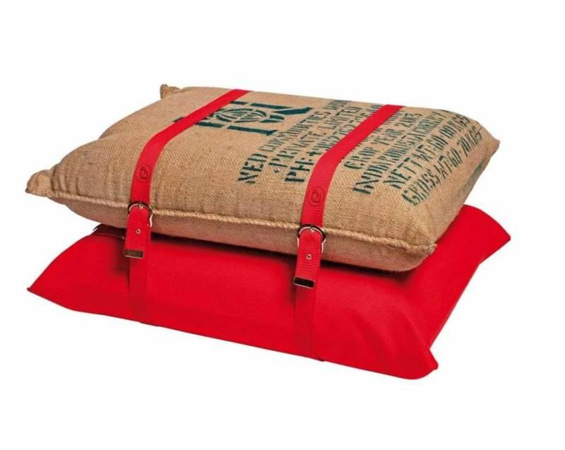 Un pouf original composé de sacs à café garnis de mousse et de sangles brodées. ©Bienvenue 21