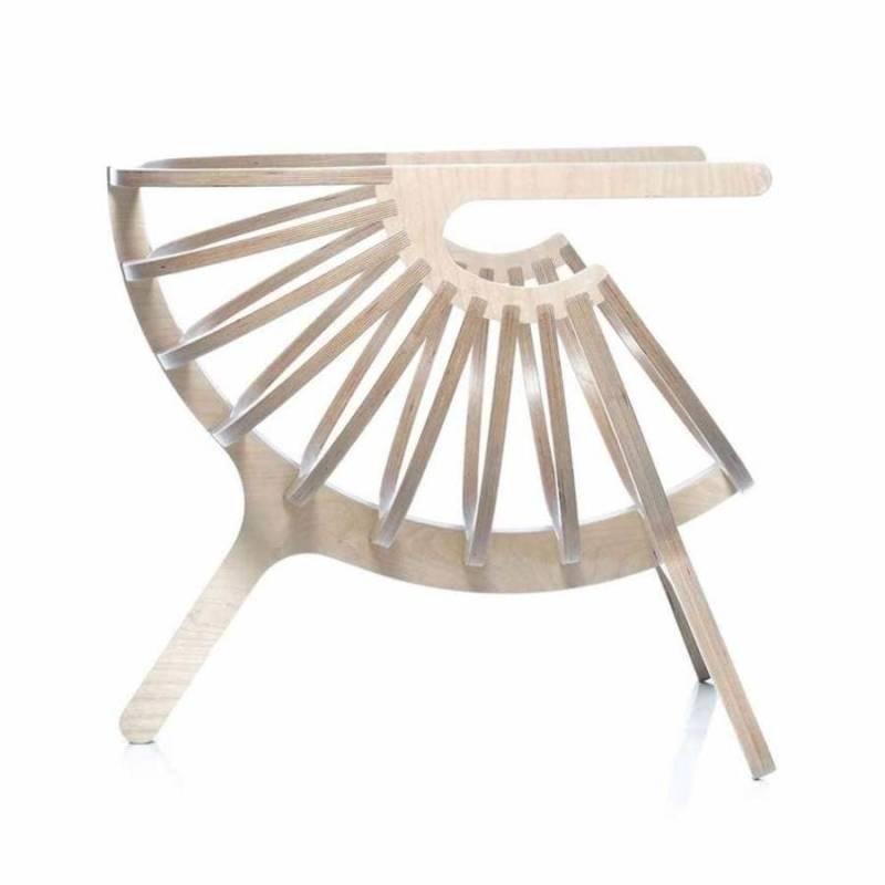 Imaginée comme un cocon douillet, cette lounge chair se compose de bouleau contre-plaqué et de coussins en coton naturel. Design Marco Sousa Santos. ©Branca lisboa