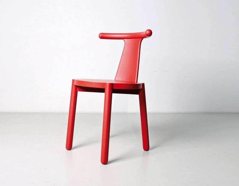 Chaise en bois frêne, en finitions naturelles, peintes couleurs RAL ou semi-transparente. Design Marco Sousa Santos