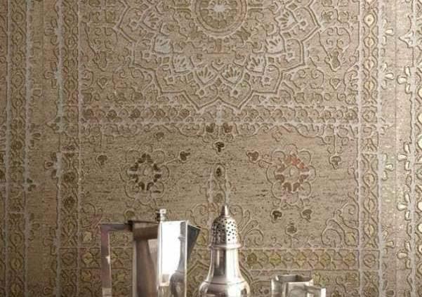 Inspirée de la décoration murale traditionnelle en Inde, Koh i noor de la collection Mille millions d'Elitis reproduit la composition en rosace de miroirs grâce à l'éclat du métal contenu dans le papier peint.Les métaux précieux s'invitent sur nos murs pour créer un décor digne des milles et une nuit! ©Elitis