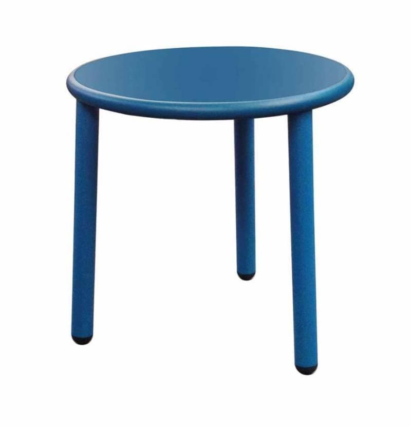 Conçue par Stefan Diez, la collection de mobilier extérieur met en avant des plateaux en grès cérame ton sur ton et aluminium naturel. ©Emu