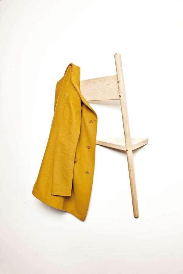 La chaise prend une autre dimension au sein du mur, devenant valet, portemanteau, vide poche. En chêne massif. Design Geof Ramsay. ©Eno Studio
