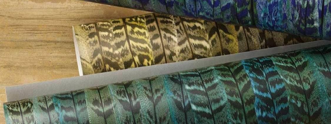 Collection PLUME chez Nobilis. Lesplumes effet 3D de paons, iriséesen allover, jouent sur les effets de brillance. Un décor mural qui se décline en 3 coloris: vert, bleu, moutarde. Exubérance du dessin pour une ambiance chic, empreinte de classicisme et d'originalité. ©Nobilis