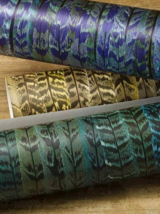 Collection PLUME chez Nobilis. Les plumes effet 3D de paons, irisées en allover, jouent sur les effets de brillance. Un décor mural qui se décline en 3 coloris: vert, bleu, moutarde. Exubérance du dessin pour une ambiance chic, empreinte de classicisme et d'originalité. ©Nobilis