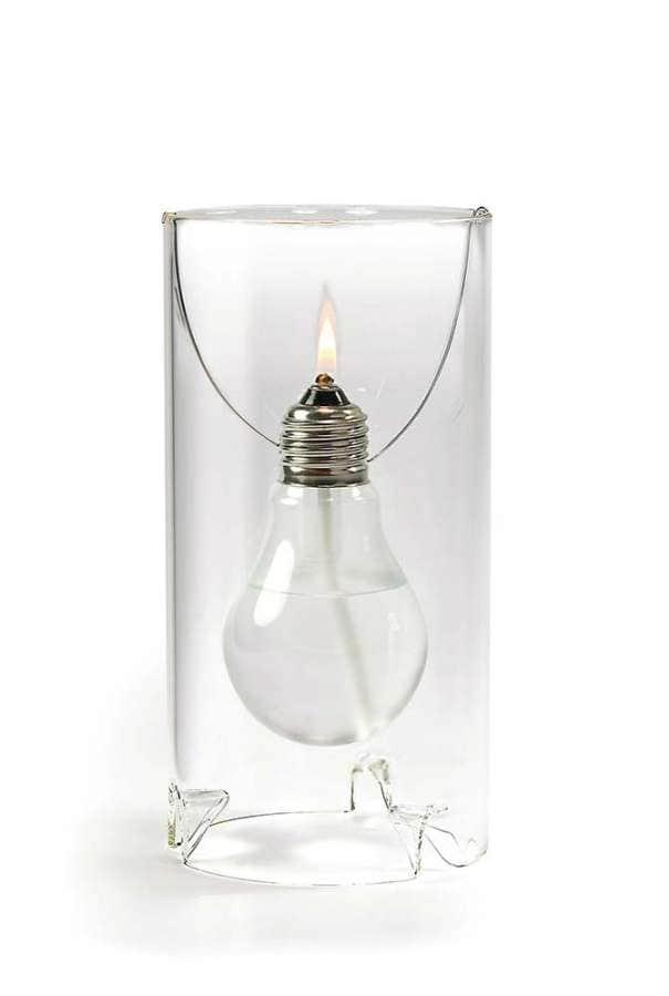 Lampe à huile rendant hommage à Thomas Alva Edison. En verre dépoli et acier inoxydable, elle enchâsse une ampoule transformée , via une mèche inusable et un entonnoir. ©Opposum Design