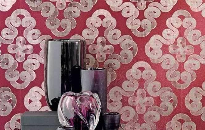 Velveto est un papier floqué d'inspiration classique avec un motif très spectaculaire. Le motif traditionnel rappelle un dessin antique et surprend par son effet inversé. Le support est agrémenté d'un floqué d'aspect changeant pour obtenir le motif ornemental et l'aspect métallisé apporte du contraste. ©Sahco