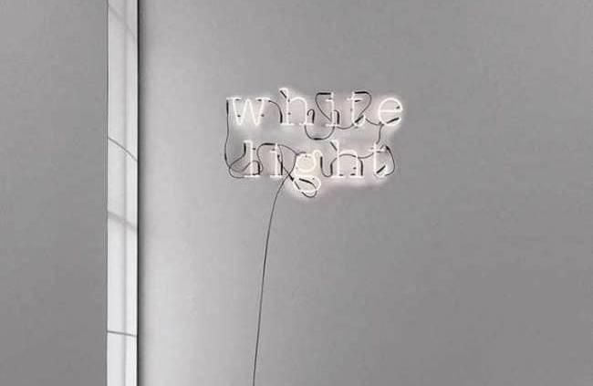 Seletti, Neon Art - Message lumineux personnalisé, ce luminaire compose sans fausses notes un message branché, au choix par des formes de lettres, chiffres et symboles. Vous écrivez ce qui vous inspire. Le système est tout simplement raccordé à un transformateur, en fonction de la taille de la composition. En verre. ©Seletti