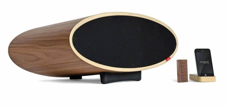 Audacieuse, la nouvelle enceinte ovale mêle qualité sonore et réflexion esthétique, avec un coffre en placage bois naturel, réduisant les vibrations nuisibles. Sans fil, bluetooth. ©Tangent®