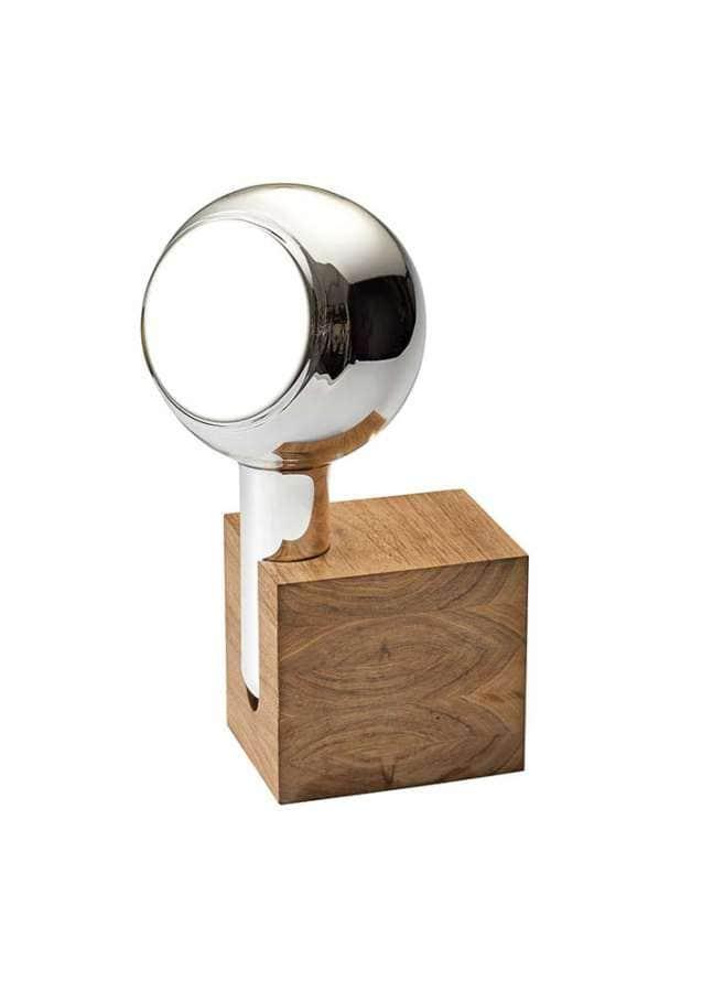 Fait main, le miroir retrouve ses lettres de noblesse, composé d'un contenant en verre soufflé argenturé. L'éclat est doux, magnifié par le socle en chêne ou noyer. Design Maarten Baptist. ©TH Manufacture
