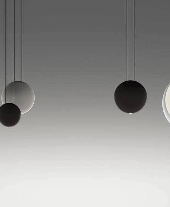 Vibia, Cosmos - Ces sphères suspendues créent une véritable galaxie, une constellation imaginée par Lievore Altherr Molina. Elles incorporent la technologie LED intégrée dans chaque pièce. La surface dissimule la lumière pour une diffusion douce, l'habillage des surfaces laquées accentuant cet effet de douceur, de légèreté et de flottement. ©Vibia