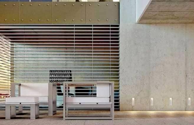 L'éclairage met en exergue l'architecture dans sa vision primaire. Il souligne les perspectives, les matériaux, balaie les chemins tout en étant discret, à l'instar de l'intégration des LED en aluminium Wise, épousant l'escalier. ©XAL