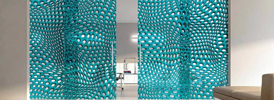 La collection Hybrid, imaginée par Mac Stopa, se distingue avec des dessins tridimensionnels, prenant d'assaut les perspectives et les profondeurs. Les formes organiques, sphériques changent notre perception, sublimées par la transparence du verre extra-clair. La pièce est en mouvement. Un mouvement qui peut être démultiplié sur des portes courbes. ©Casali