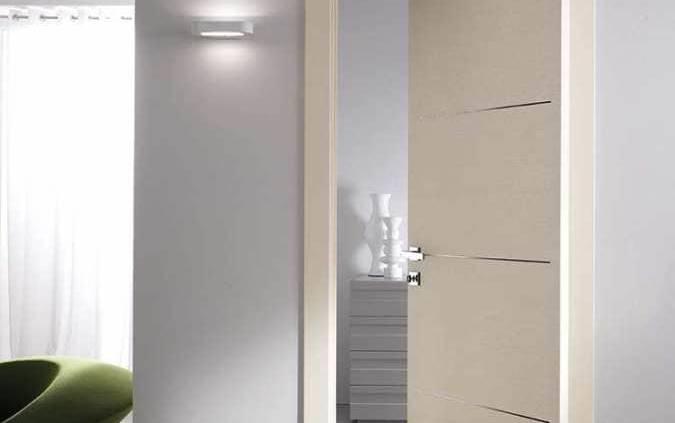 La porte pivotante-coulissante a été conçue pour résoudre les problématiques d'espaces réduits. le mécanisme repose sur un axe pivotant, permettant l'ouverture de la porte dans les 2 sens, réduisant le rayon d'ouverture. Modèle Stilia. ©Garofoli