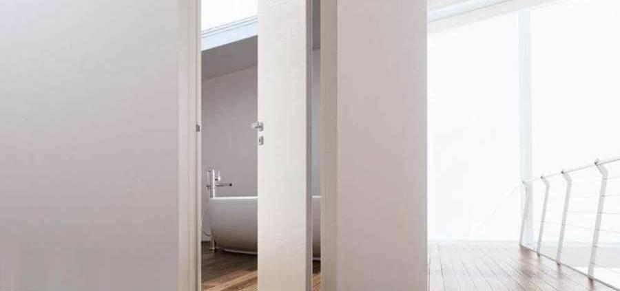 Porte Strato dotée d'un système semi-pivot, qui permet d'optimiser l'espace de 50% par rapport à une porte battante classique. ©Ghizzi & Benatti