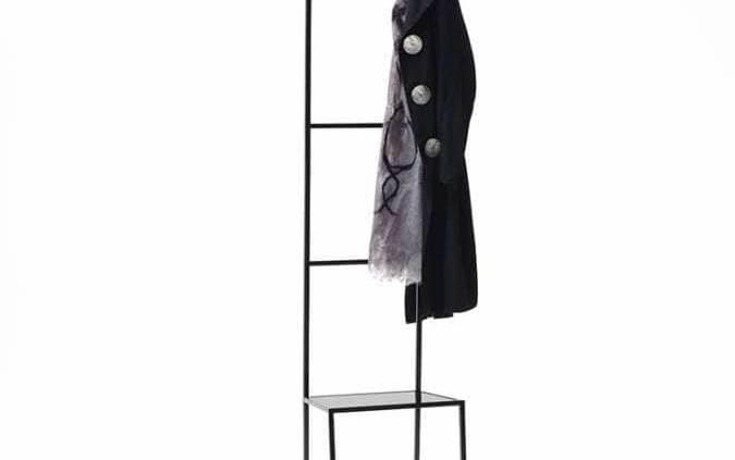Chaise/valet en tube d'acier carré avec plateau soudé. Finition blanc ou noir. Design Annalisa Dominoni et Benedetto Quaquaro. ©Living Divani